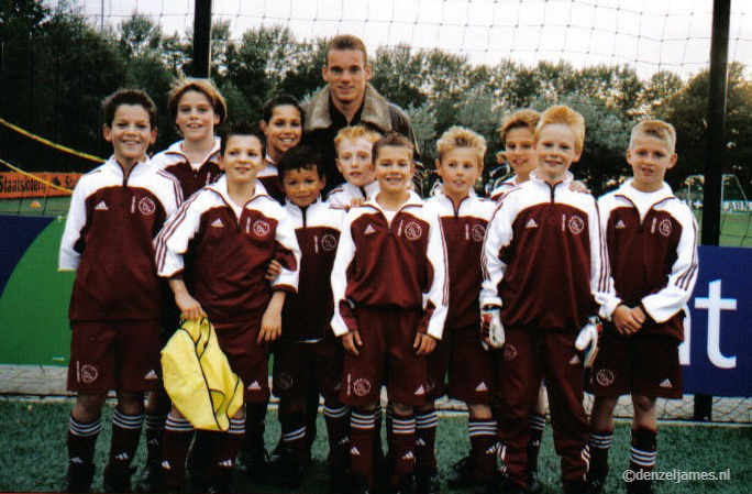 Denzel James. Ajax jeugd. Foto's met (ex) profvoetballers